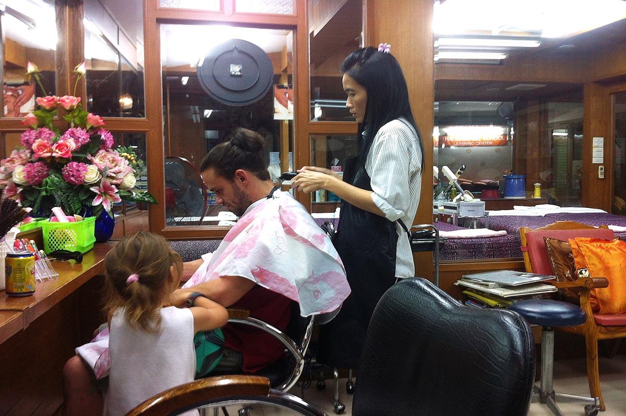 Pendant que papa se fait coiffer